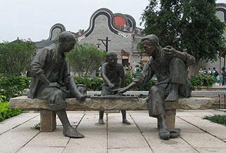 《下棋》《说书》铸铜雕塑